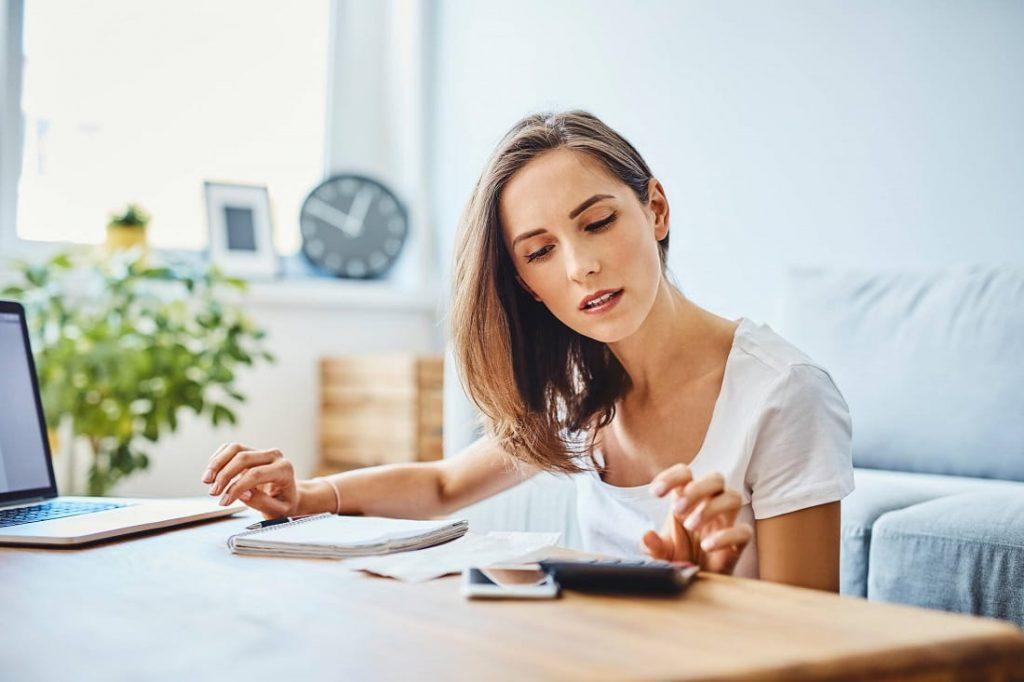 Comment s'en sortir financièrement ? Conseils & astuces pour réussir